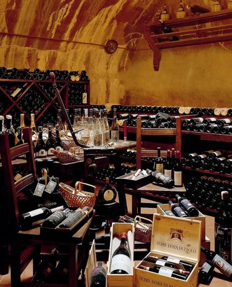 Degustazione vini e prodotti tipici umbri nell'ex cisterna dell'acqua piovana del monastero dei frati Cappuccini